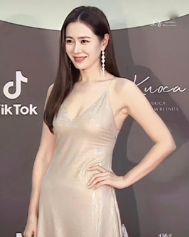 Style của Son Ye Jin trên thảm đỏ Baeksang qua các năm: Ngày càng nhạt màu nhưng độ sang trọng thì tăng theo cấp số nhân - Ảnh 1.
