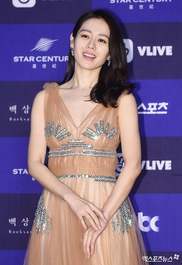 Style của Son Ye Jin trên thảm đỏ Baeksang qua các năm: Ngày càng nhạt màu nhưng độ sang trọng thì tăng theo cấp số nhân - Ảnh 8.