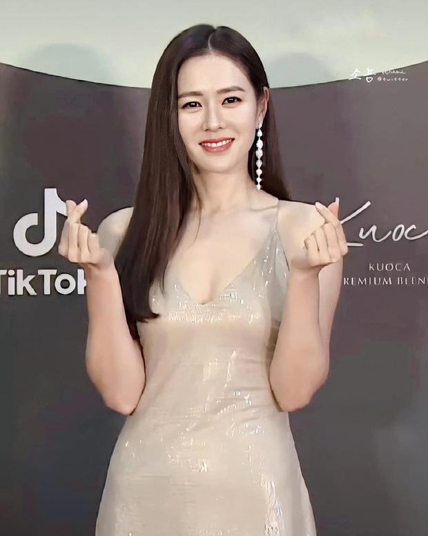 Style của Son Ye Jin trên thảm đỏ Baeksang qua các năm: Ngày càng nhạt màu nhưng độ sang trọng thì tăng theo cấp số nhân - Ảnh 2.