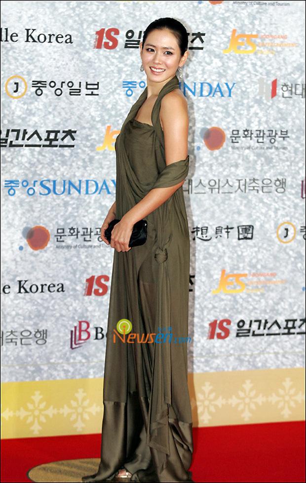 Style của Son Ye Jin trên thảm đỏ Baeksang qua các năm: Ngày càng nhạt màu nhưng độ sang trọng thì tăng theo cấp số nhân - Ảnh 4.