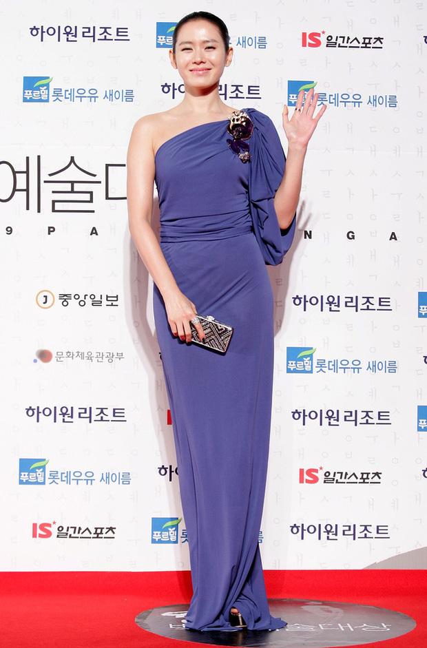 Style của Son Ye Jin trên thảm đỏ Baeksang qua các năm: Ngày càng nhạt màu nhưng độ sang trọng thì tăng theo cấp số nhân - Ảnh 6.