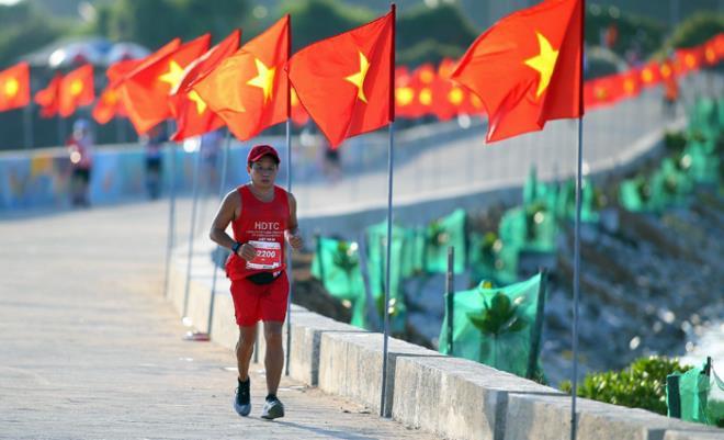 Ông Đoàn Ngọc Hải hoàn thành đường chạy marathon trên đảo Lý Sơn - 1
